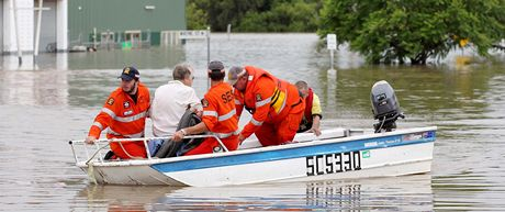 Australští záchranáři odvážejí obyvatele zplaveného města Chinchilla do bezpečí (29. prosince 2010)