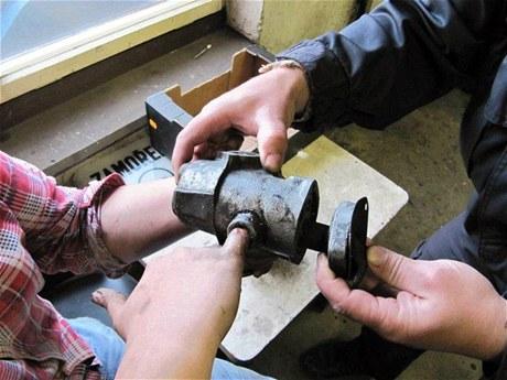 Hasiči z Jaroměře vysobodili malíček dívky, která ho strčila do převodovky