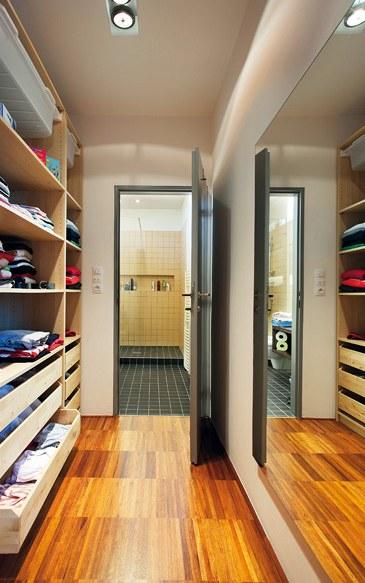 Z prostorné šatny za ložnicí lze projít přímo do koupelny