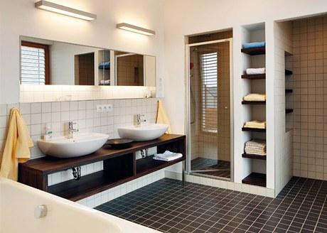 Koupelna nabízí dostatek úložného prostoru