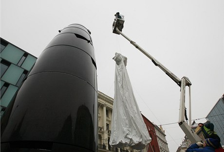 Zakrývání brněnského orloje na náměstí Svobody ohnivzdornou pláštěnkou.