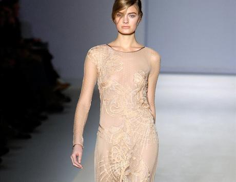 Jednoduché dlouhé šaty, Alberta Ferretti, podzim 2010