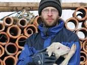 Farmář Vojtěch Veselý žije se svojí přítelkyní Lenkou v jurtě, kterou si postavili na pozemku v sousedství svého hospodářství na okraji obce  Valeč