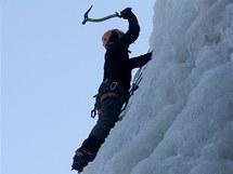 Díky silným mrazům zahájili provozovatelé ledové lezecké stěny ve Víru na Žďársku sezonu.