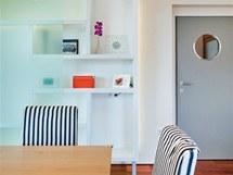 Lodní kajutu připomíná kruhové okénko ve dveřích