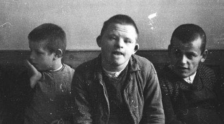 Mentálně postižené děti v sanatoriu v Schönbrunnu objektivem fotografa SS (1934)