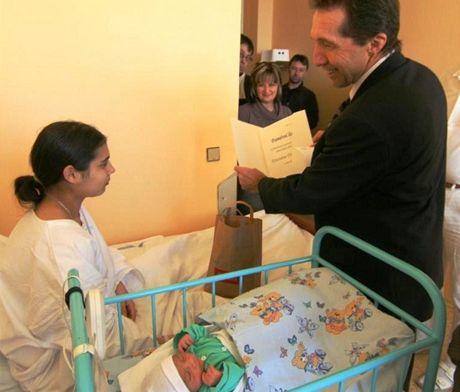 Primátor Jaroslav Vymazal předává mamince prvního Jihlavánka v roce 2011 pamětní list a medaili.