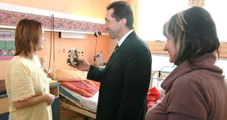 Primátor Jihlavy Jaroslav Vymazal a radní Renata Fehérová navštívili maminky v jihlavské porodnici.