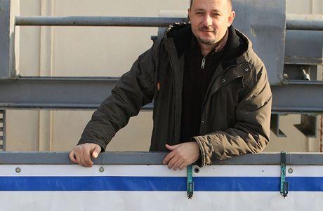 Vyhřívaná loď Morava zamrzla na Dyji. Kry ohrožují plavbu po zámeckých kanálech v Lednici (6. leden 2010)
