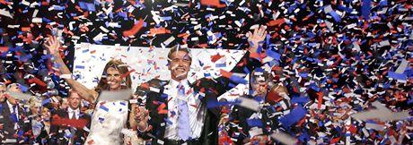 Republikán Arnold Schwarzenegger s chotí Mariou Shriverovou slaví vítězství v guvernérských volbách (7. října 2003)