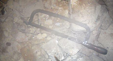 Pilka, se kterou chtěl někdo přeřezat kabel v bývalé tabačce v Novém Jičíně.