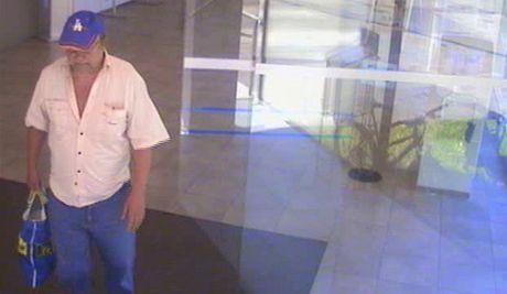 Kamerový záznam lupiče, kteřá přepadává banky na Karvinsku.