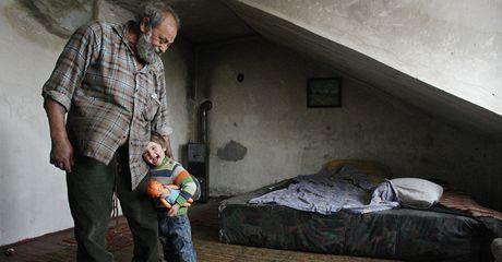 Pavlínka žila v provizorních podmínkách se svým dědou Andrejem Kocurem ve vybydleném domě v Lomu na Mostecku. (17. prosince 2009)