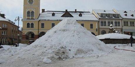 Sníh pro Krakonoše navezlo na náměstí 50 nákladních aut (foto je z úterý).