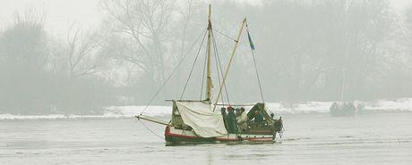 Zmenšená replika dřevěné pirátské lodi s dobově oblečenou posádkou se plavila po Labi.
