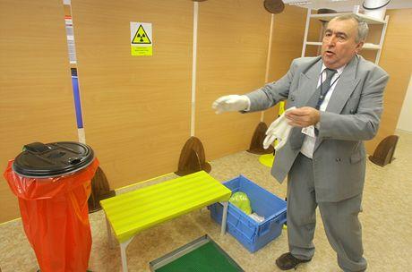 Pracovník elektrárny František Krejčí ukazuje postup nácviku v takzvaném sanitárním uzlu. Ten slouží k částečnému odmoření osob.