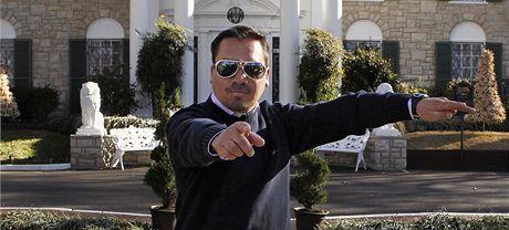 Chilský horník Edison Peňa tancuje před Elvisovým domem (7. ledna 2010)