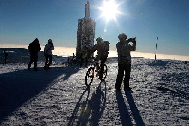 Cyklista na vrcholu Sn�ky