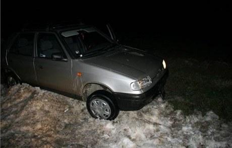 Muž, který ujížděl před policisty, skončil s autem ve sněhu.