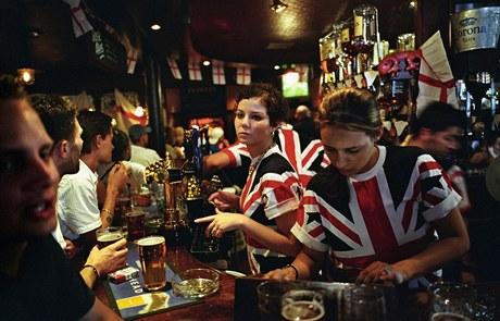 Staré (dobré) časy - typický britský sportovní pub v Londýně; rok 2004, tenkrát se v hospodách ještě kouřilo...