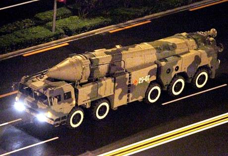 Čínská balistická střela DF-21C na pekingském náměstí Nebeského klidu. (2009)