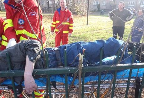 Hasiči zachraňují muže, který se v Karviné-Mizerově napíchnul na plot.