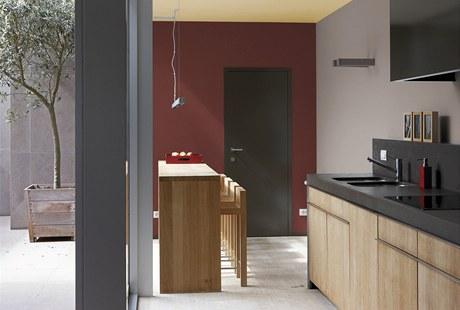 Minimalistické interiéry, kde se uplatnil matovaný hliník a matovaná ocel, si výborně rozumějí s šedou a vínovou barvou