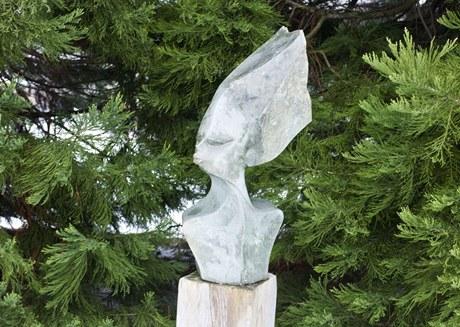 Hlava zdobící venkovní expozici Botanické zahrady v Praze