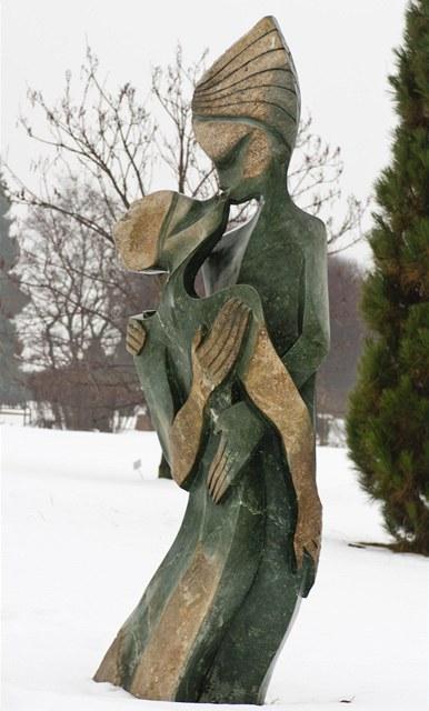 Milenci jsou největší sochou ve venkovní expozici Botanické zahrady v Praze