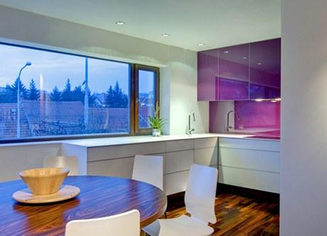 Kuchyně v netradiční bílo-fialové kombinaci