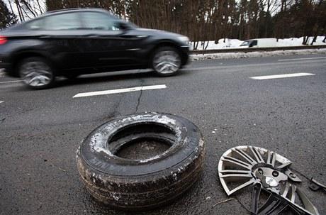 Díra ve vozovce na silnici R4 u Jíloviště komplikuje život řidičům.
