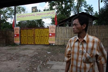 Nervózní řidiči otevírají před branou do vily Su Ťij dveře dodávky jen na chvíli
