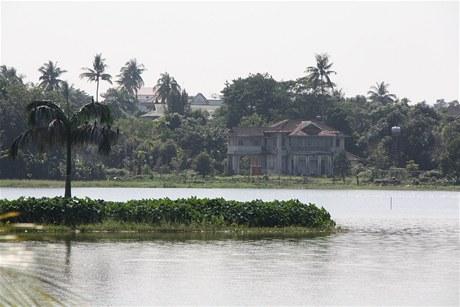 Vila Su Ťij na břehu rangúnského jezera Inya je dobře vidět z protějšího zábavního poloostrova