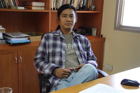 Šéfredaktor exilového barmského webu Irrawaddy Aung Zaw ve své kanceláři