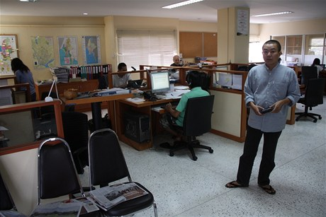 Moderní newsroom exilového webu Irrawaddy