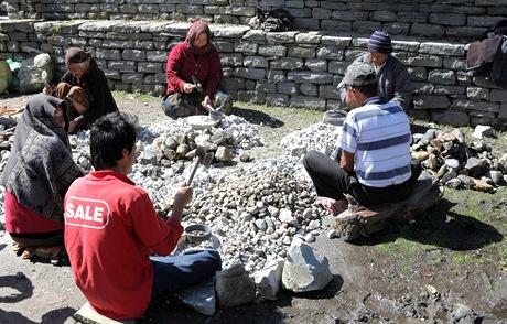 Nepál. Roztloukání kamenů je v Himálaji rozšířenou formou obživy