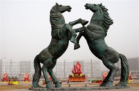Až absurdně monumentální se zdá koňské sousoší na náměstí Kangbaši
