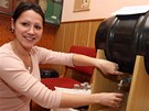 Ester Fénešová chutná vodu z pramene Viola u hotelu Praha v Luhačovicích.