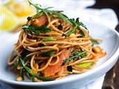 Celozrnné špagety s uzeným lososem.