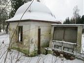 Zchátralý altán, kde býval pramen běloveské kyselky Ida
