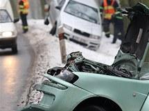 Hromadná nehoda šesti aut na zledovatělé silnici mezi Plzní a Chrástem