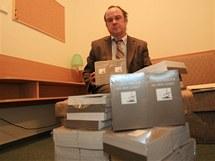 Po bývalém starostovi Břeclavi Dymo Piškulovi zůstaly na radnici jeho básně, které předchozí radnice nevýhodně nakoupila (na snímku místostarosta Jaroslav Parolek)