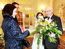 Premiér Petr Nečas s manželkou Radkou před novoročním obědem s prezidentem Václavem Klausem a jeho chotí Livií. (3. ledna 2011)