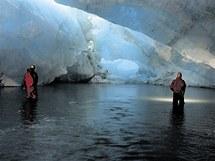 Hradečtí speleologové v jeskyni na Špicberkách
