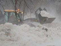 Silničáři vyprošťují hasiče, kteří uvízli ve sněhových závějích u přejezdu v Pokřikově