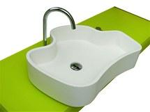 Bílý sotrov v zeleném moři - to je umyvadlo Mylos