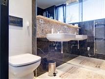 Koupelna opticky zvětšují velká zrcadla