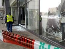 Zloději rozbili výlohu obchodu dlažební kostkou a ukradli hodinky za 20 milionů korun.