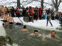 Novoroční namáčení v rybníku Smolík v Jistebnici na Táborsku.