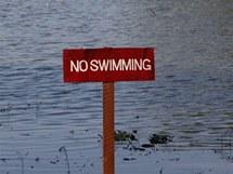 Po březích jezera Inya se lze jen procházet, koupání je přísně zakázané
